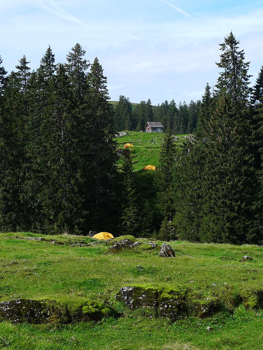 die verschiedenen Stationen auf dem performativen Spaziergang, markiert mit gelben Expeditionszelten