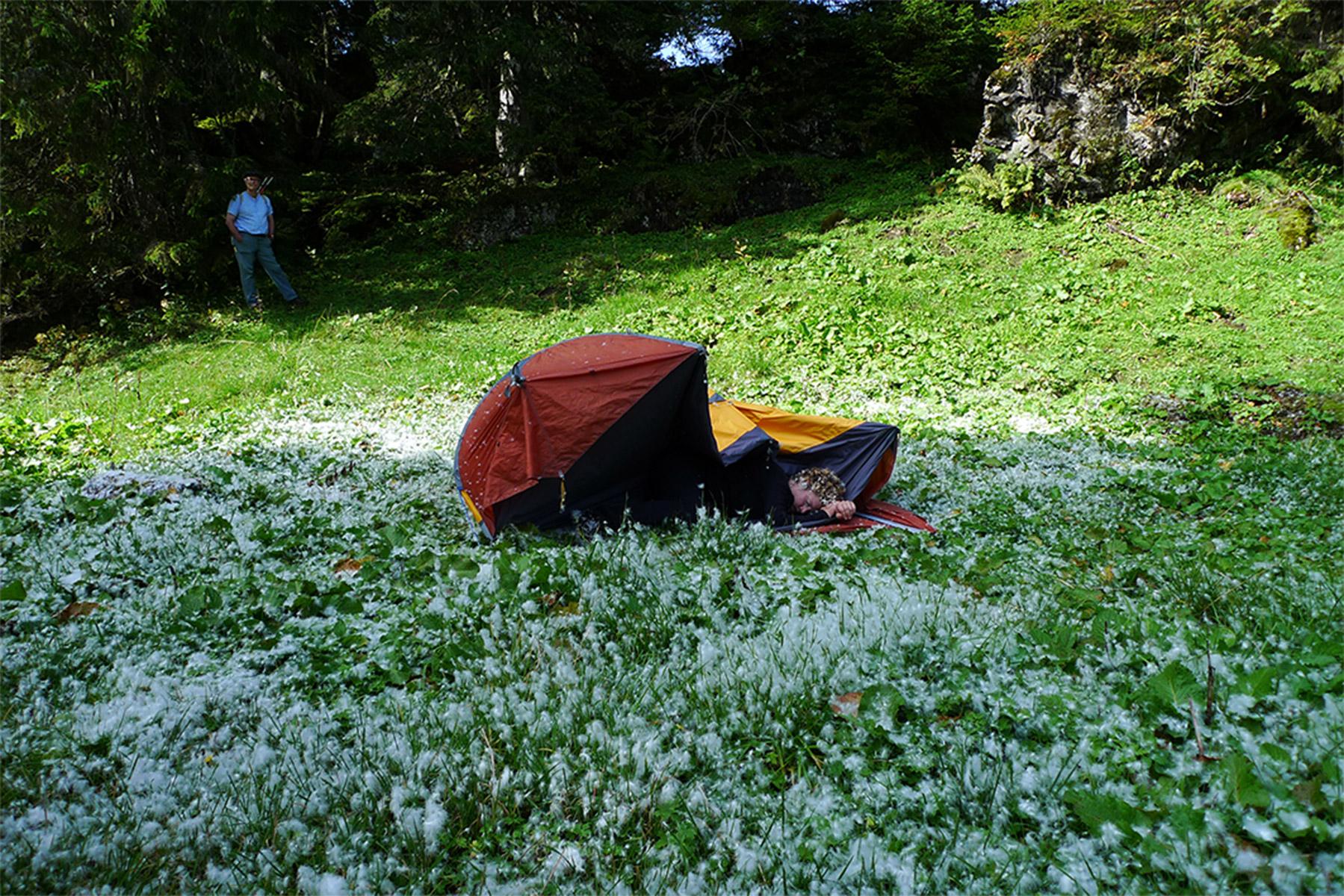 ...der Sturm ist vorbei. Olivia legt sich auf das eben noch herumgeschleuderte Zelt. Atmet heftig. Im Hörspiel erzählt ein Alpinist über sein Erlebnis, wie er einen Kameraden auf dem Berg zurücklassen musste. Dieser starb innerhalb von vier Stunden an der Höhenkrankheit.... Olivia steht langsam auf...entfernt sich...bergauf....