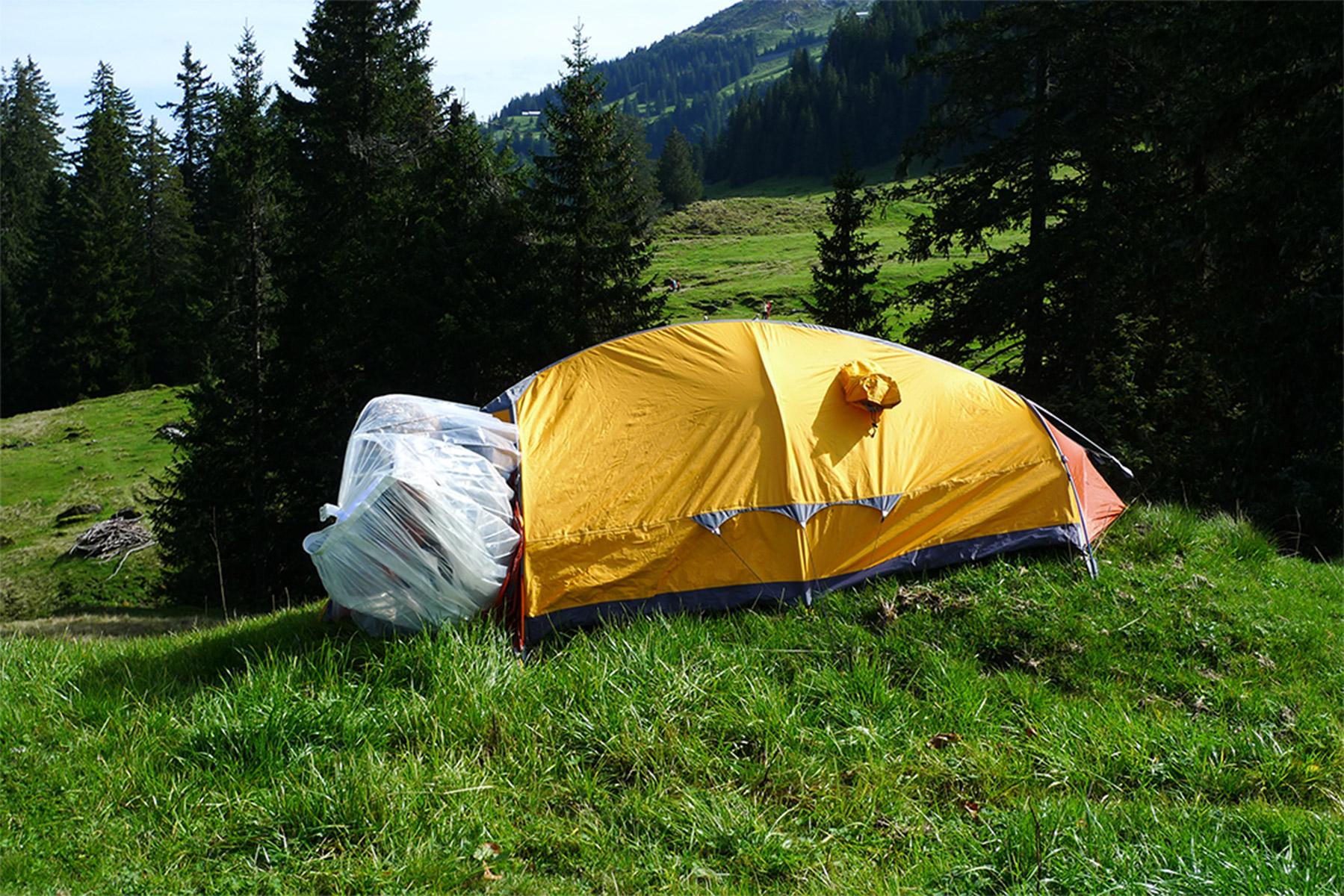 ein Gedicht ertönt: seinen eigenen Raum - Lebensraum - zu verteidigen gegenüber der Natur. Die eigene Schutzhülle nicht preisgeben wollen.... Olivia schlüpft durch das Zelt in ein durchsichtiges Etwas....