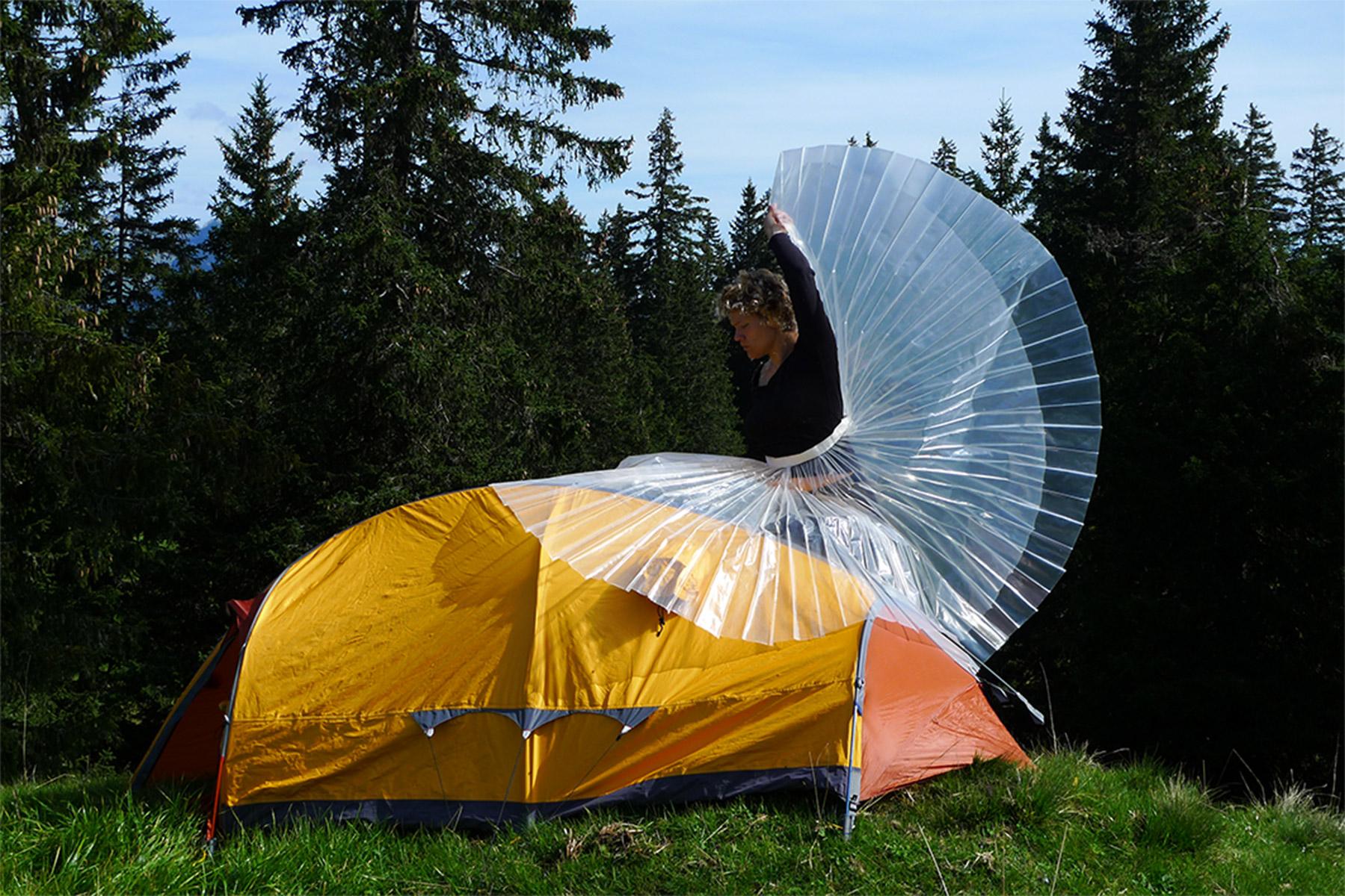...behutsam steichelt sie mit ihrem Faltrock aus Plastik über das Zelt... da ertönt ein weiterer Tagebuchauszug: Cedric und seine Kameraden sind zwei Tagen unterwegs am Berg zu ihrem Ziel, der Wintererstbesteigung....doch plötzlich bricht der Kontakt zu ihnen komplett ab! Olivia packt das Zelt, zerbricht die Zeltstangen, schnürt das Zelt wie ein Bündel zusammen...und geht raschen Schrittes weiter den Berg hoch....