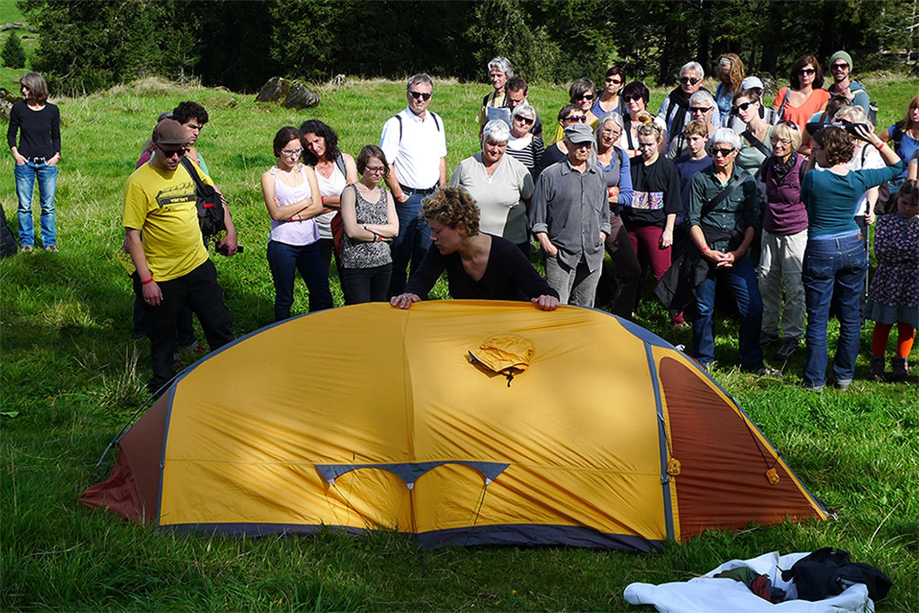 Während der Extremalpinist Olle Zille erzählt, warum für ihn Zelte als Schutzhüllen am Berg wichtig sind, baut Olivia ein solches Expeditionszelt auf; befühlt es.