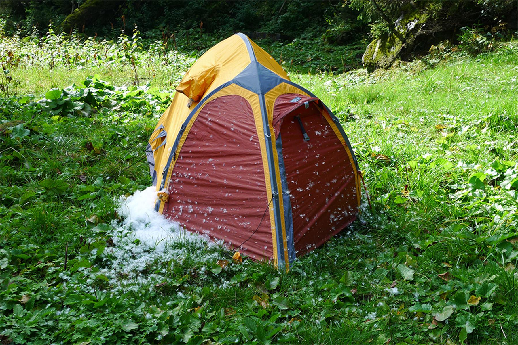 ...die Crew in der Tagebuchaufzeichnung bereitet sich auf einen heftigen Sturm vor...  Aus dem Zelt rieselt etwas Weisses....