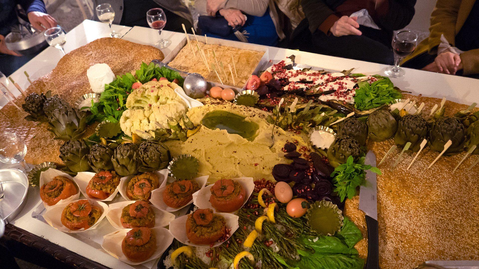 Das gemeinsame Essen an einem Tisch ist ein universaler Bestandteil in vielen Kulturen und Gesellschaften unserer Welt; ein Ort des Austausches, des Gebens, des Teilens und Erzählens, sowie des Generierens von Wissen ( oder der Weisheit). Dies bildete die Basis zum Happening.